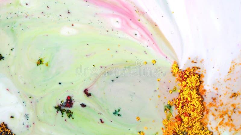 Plan rapproché de peinture colorée de poudre sur l'eau Dessin d'art abstrait des taches de peinture de poudre sur le liquide blan photographie stock libre de droits