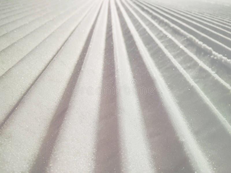 Plan rapproché de pente toilettée de piste ou de ski photos stock