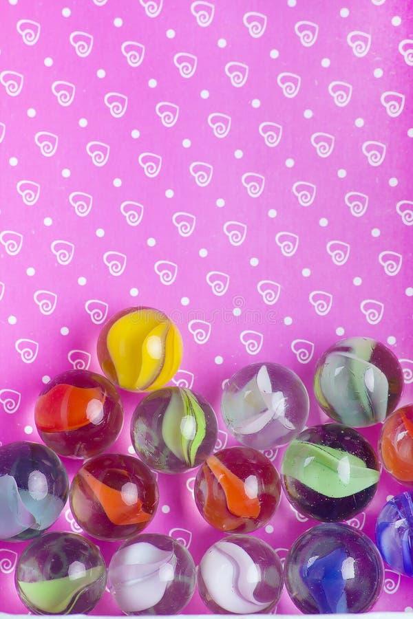 Plan rapproché de perle en verre de couleur image libre de droits