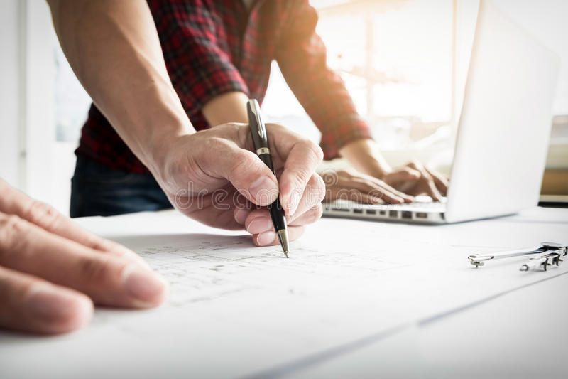 Plan rapproché de Person& x27 ; ingénieur Hand Drawing Plan de s sur des WI de croquis de mise au point image libre de droits