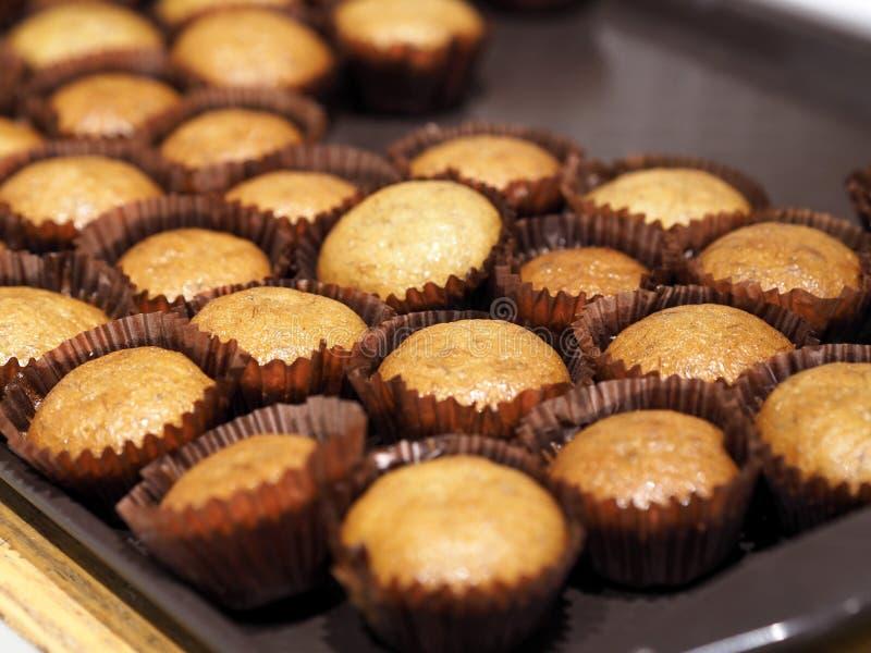 Plan rapproché de petit pain de gâteau de tasse de banane image stock
