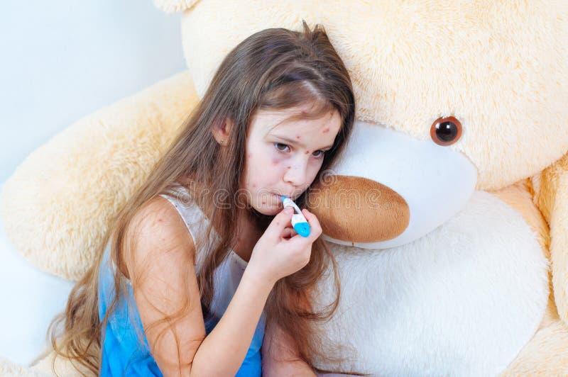 Plan rapproché de petite fille triste mignonne Virus de Varicella ou éruption de bulle de varicelle sur l'enfant photo stock