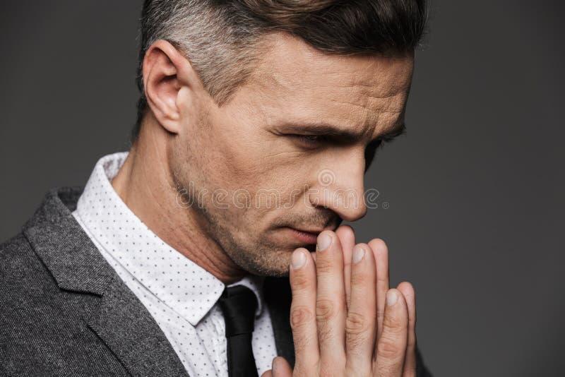 Plan rapproché de photo de l'homme calme réfléchi utilisant le costume classique et photos libres de droits
