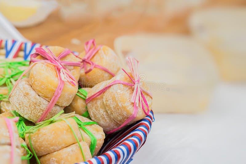 Plan rapproché de plat avec des couleurs du drapeau national avec de petites têtes de fromage français, attachées ensemble, peu d image libre de droits