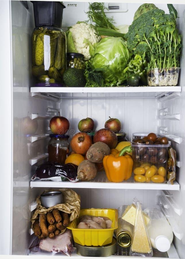 Plan rapproché de pleins légumes de réfrigérateur, frais et colorés, fruits, produit de dayrt dans le réfrigérateur, nourriture r images stock