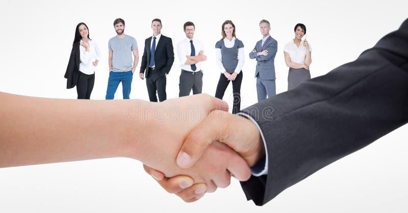 Plan rapproché de poignée de main avec des gens d'affaires à l'arrière-plan illustration stock