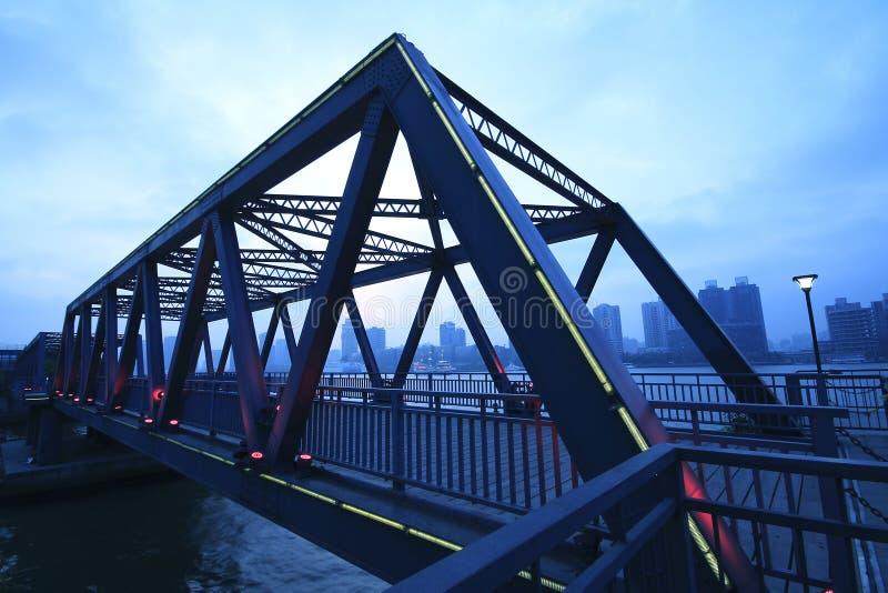 Plan rapproché de pont en structure métallique au paysage de nuit photos stock
