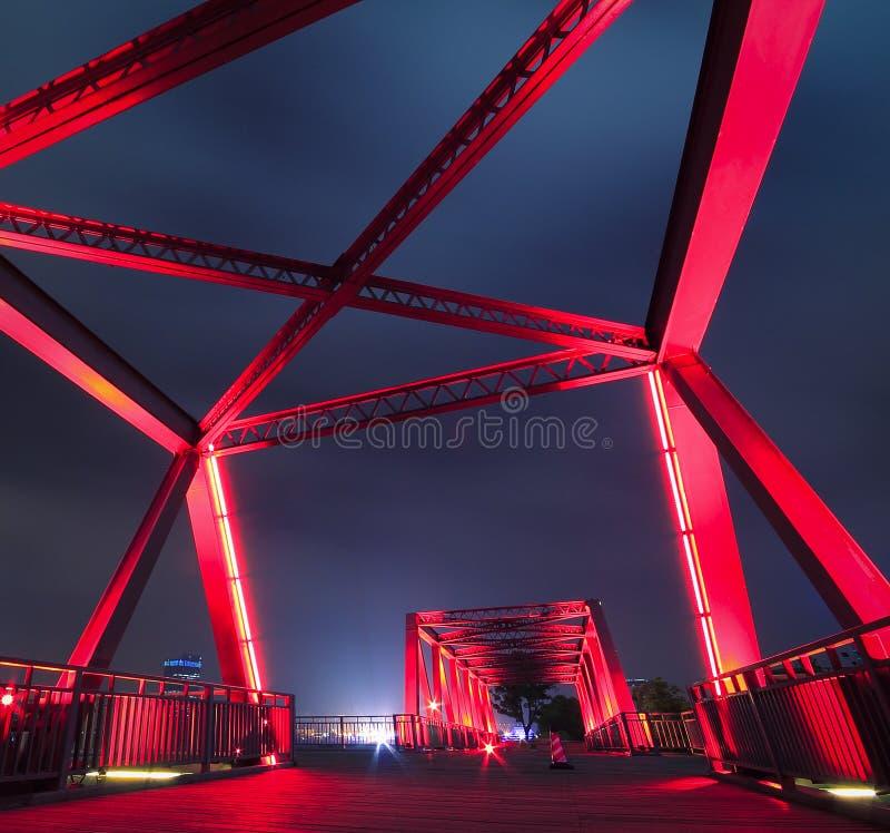 Plan rapproché de pont en structure métallique au paysage de nuit images libres de droits