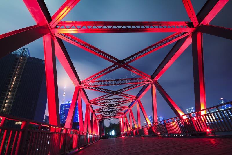 Plan rapproché de pont en structure métallique au paysage de nuit photo stock