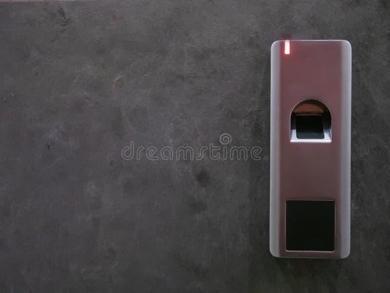 Plan rapproché de porte d'entrée en pierre grise avec la serrure de scanner d'empreinte digitale de sécurité photographie stock libre de droits
