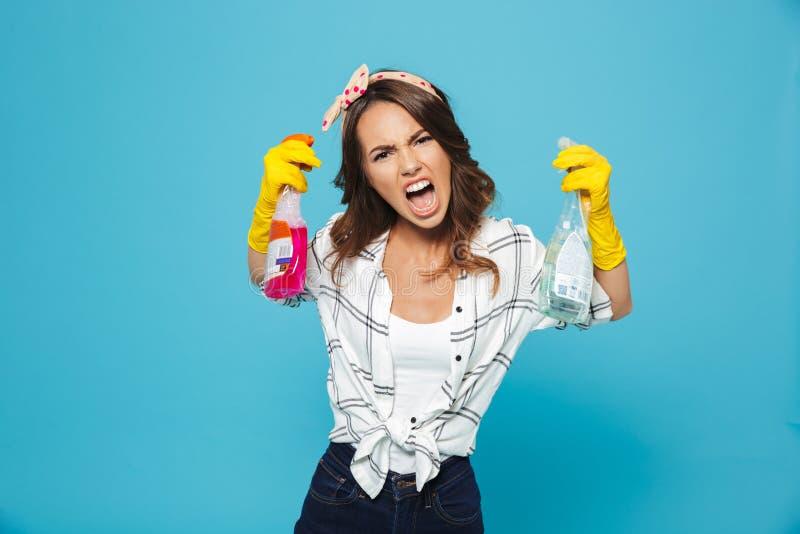 Plan rapproché de portrait de la femme contrariée 20s dans les gants en caoutchouc jaunes FO image stock