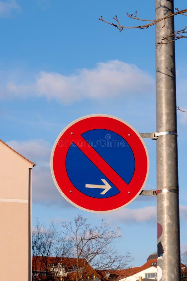 Plan rapproché de poteau de signalisation allemand - stationnement interdit ici - rouge et bleu image stock