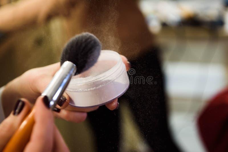 Plan rapproché de poudre de brosse et de visage, école de maquillage photo stock