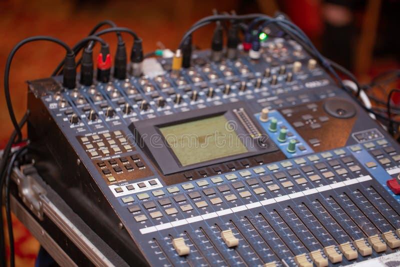 Plan rapproché de pro Digital audio mélangeant la console Pupitre de commande noir photographie stock libre de droits