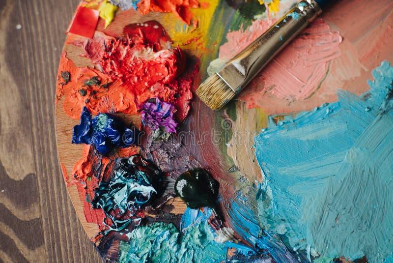 Plan rapproché de procédé de mélange de peinture dans le lieu de travail d'art images libres de droits