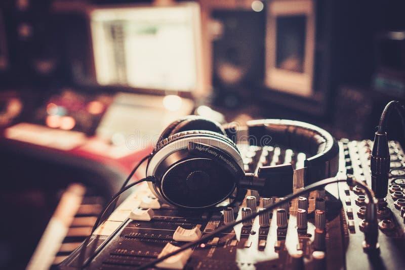 Plan rapproché de pupitre de commande de studio d'enregistrement images stock
