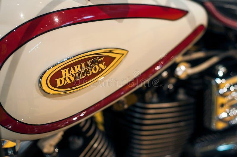 plan rapproché de réservoir rouge et beige de Harley davidson sur la motocyclette image libre de droits