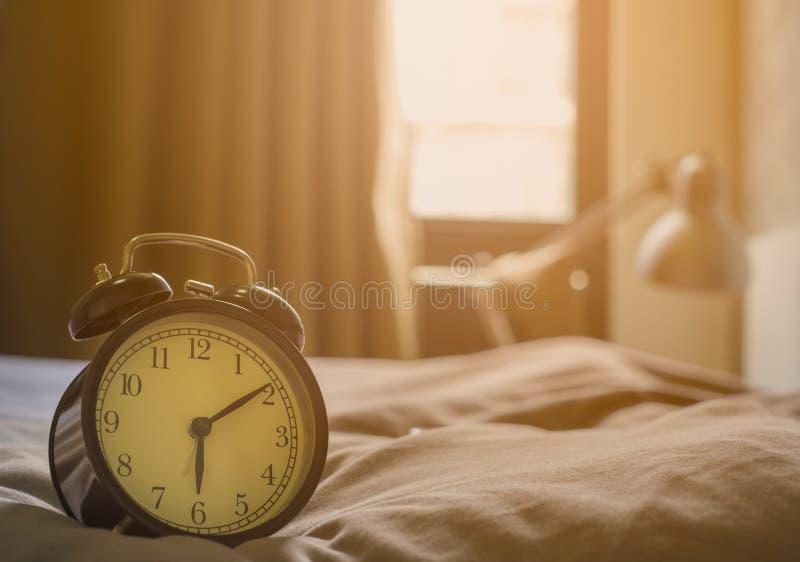 Plan rapproché de rétro style de cru d'horloge de noir d'alarme Heure pour Wake up tôt photos libres de droits