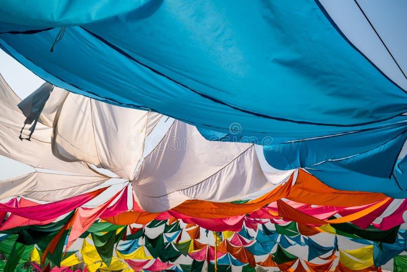 Plan rapproché de regard coloré de tente de l'intérieur un jour ensoleillé photographie stock libre de droits