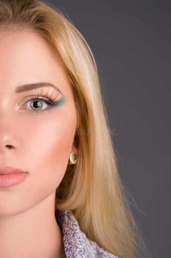 Plan rapproché de renivellement d'art sur le modèle de visage images libres de droits