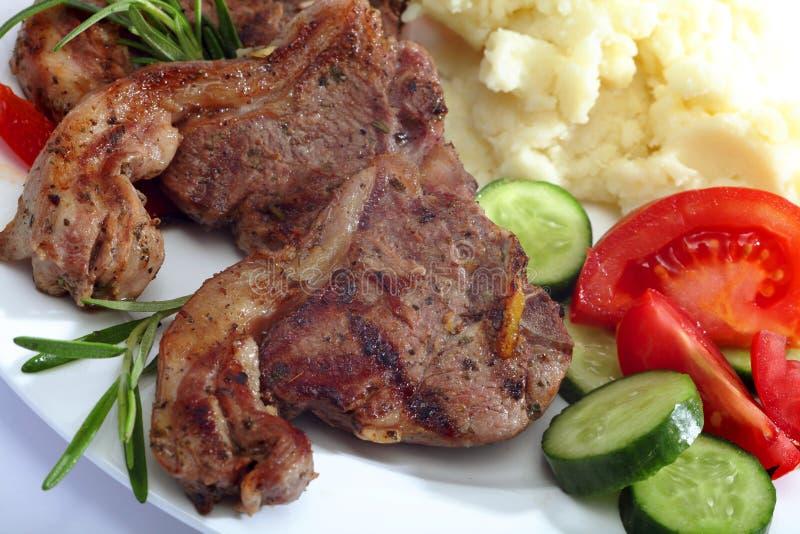 Plan rapproché de repas de côtelette d'agneau photographie stock libre de droits