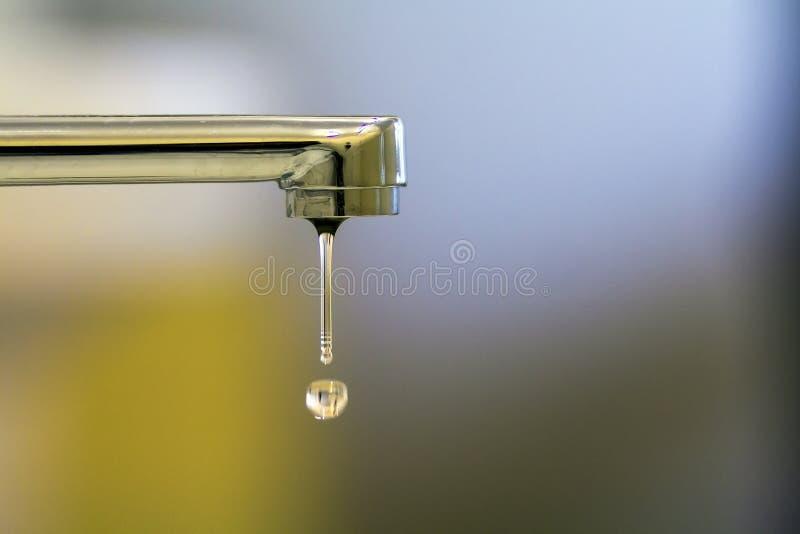 Plan rapproché de robinet avec de l'eau tourné baisse dans la salle de bains moderne Ho photographie stock