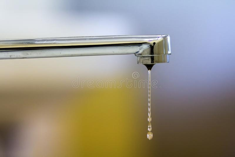 Plan rapproché de robinet avec de l'eau tourné baisse dans la salle de bains moderne Ho photos stock