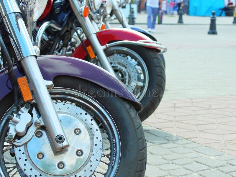 Plan rapproché de roues avant de motos photo stock