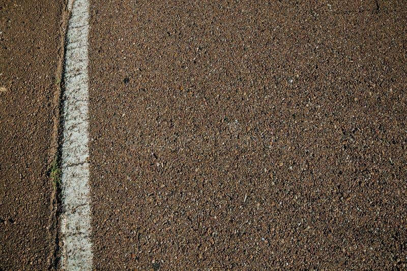 Plan rapproché de ruelle d'asphalte et de rue sur une route photographie stock libre de droits