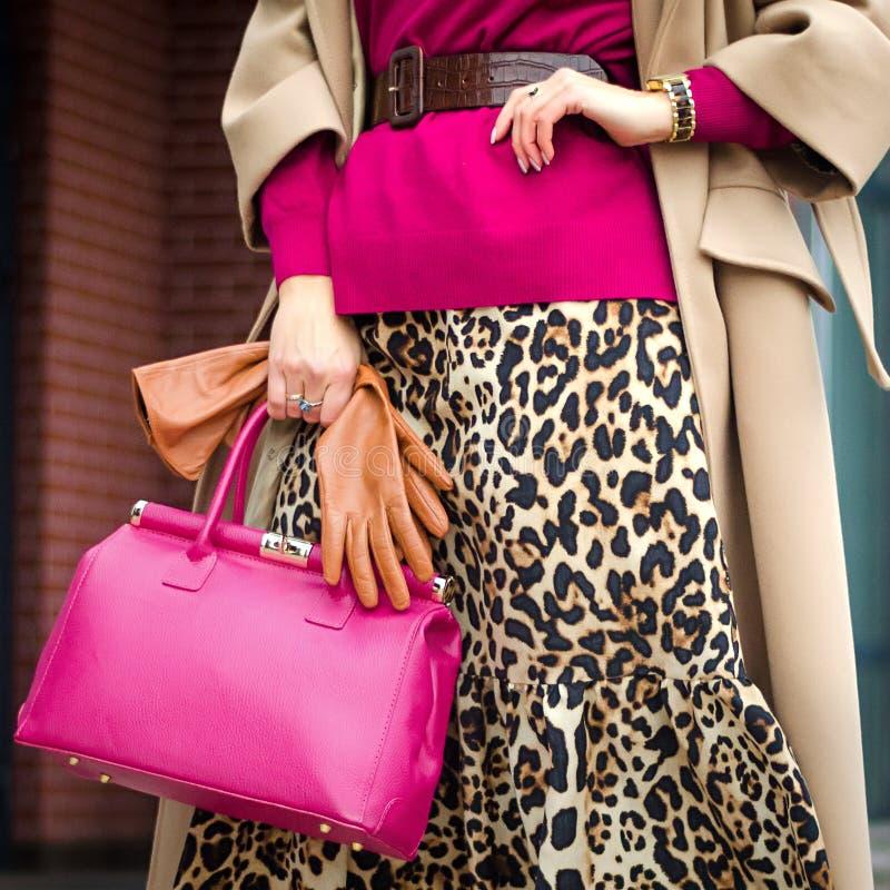 Plan rapproché de sac dans des mains femelles Image moderne et féminine élégante, style Fille avec des gants dans un manteau et a photos libres de droits