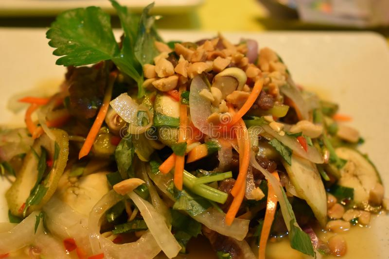 Plan rapproché de salade épicée aigre vietamese délicieuse de boeuf avec la fleur et le carambolier de banane images libres de droits