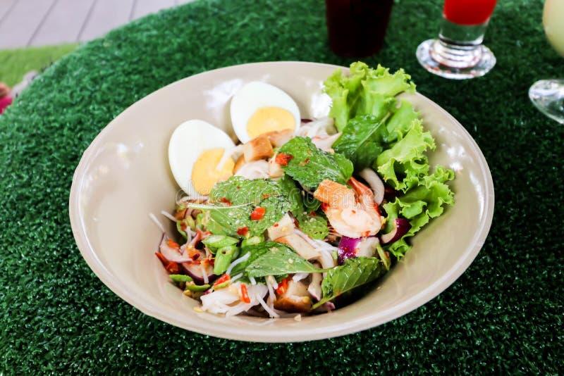 Plan rapproché de salade épicée de vermicellis de riz sur la table images stock
