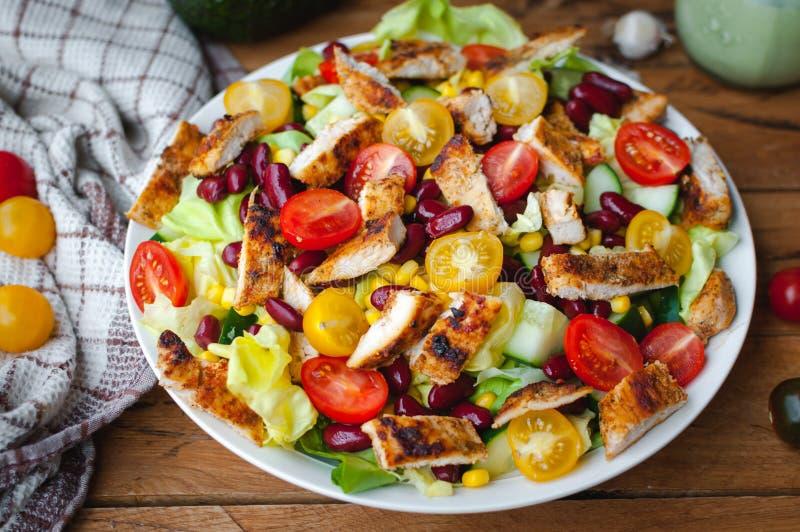 Plan rapproché de salade de poulet avec les légumes frais dans un plat, sur le fond en bois photos stock