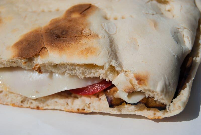 Plan rapproché de sandwich typique à Crescia de végétarien de ville de Gubbio image stock