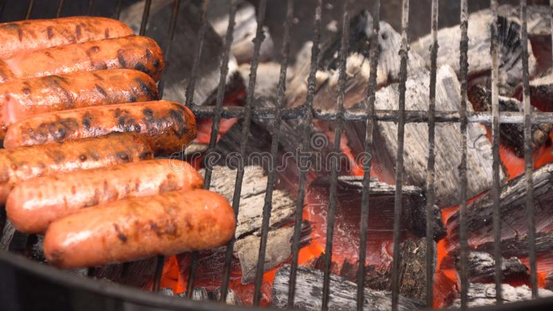 Plan rapproché de saucisse sur le gril Les saucisses sont BBQ grillé Saucisse grillée sur le gril flamboyant photos libres de droits