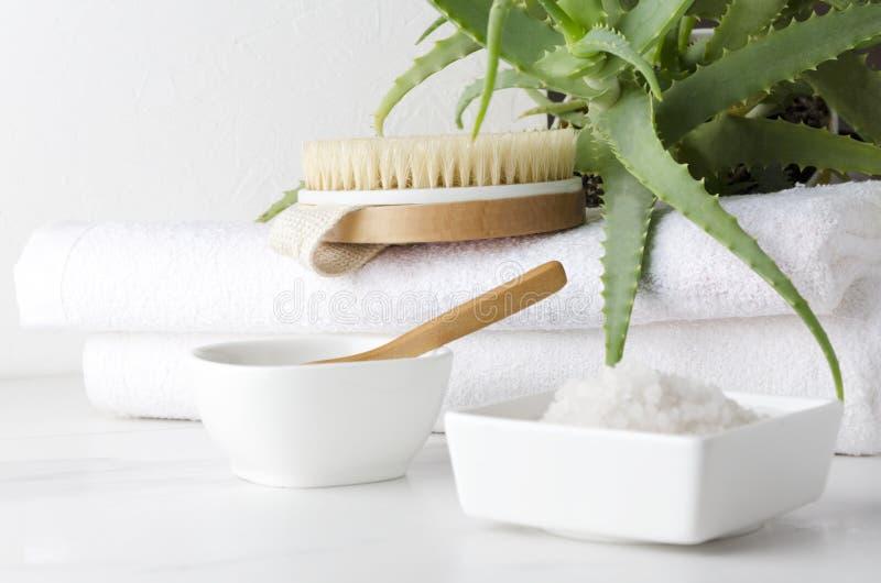 Plan rapproché de sel et d'argile pour le bain Serviettes et brosse de corps se préparant à prendre soin de corps photos libres de droits