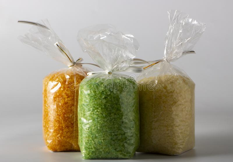 plan rapproché de sel multicolore de mer dans des sachets en plastique sur le marché image libre de droits