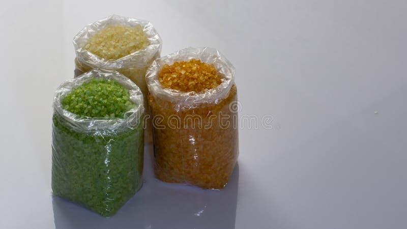 plan rapproché de sel multicolore de mer dans des sachets en plastique sur le marché photo stock