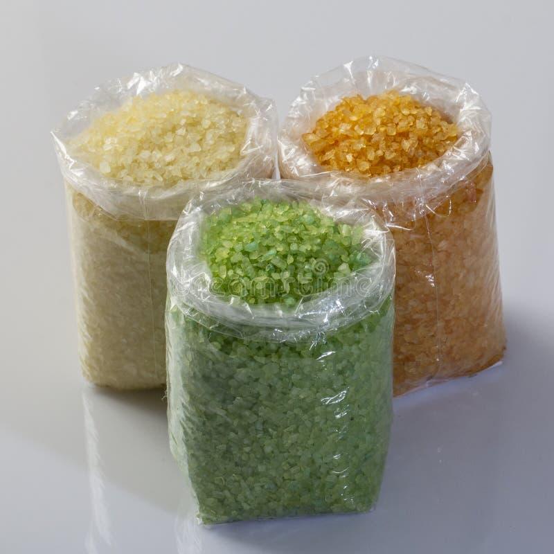 plan rapproché de sel multicolore de mer dans des sachets en plastique sur le marché images libres de droits