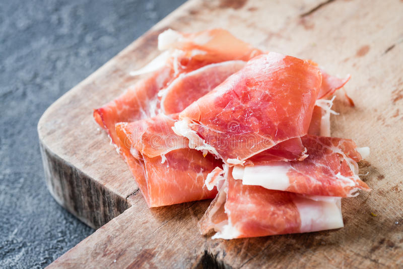 Plan rapproché de serrano espagnol de jamon de jambon ou de crudo italien de prosciutto photos stock