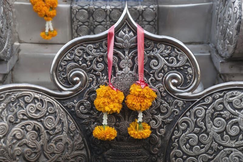 Plan rapproché de siège dans un style très fleuri décoré au tombeau argenté dans la place sur la rue de Wisetwiang au crépuscule photographie stock