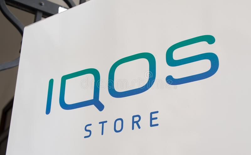 Plan rapproch? de signe de magasin d'IQOS photo libre de droits