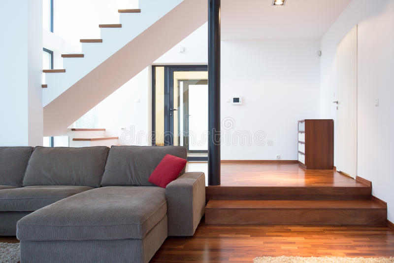 Plan rapproché de sofa gris images libres de droits
