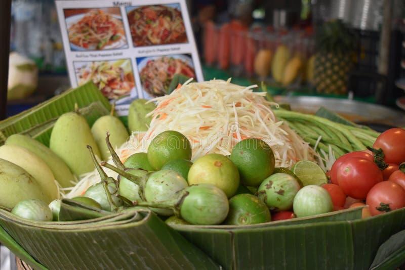 Plan rapproché de som délicieux Tam de salade de papaye sur un marché local de chatuchak de marché de nourriture de rue en Thaïla image stock