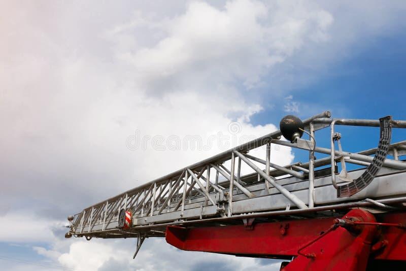 Plan rapproché de sortie de secours sur le fond de ciel bleu images stock