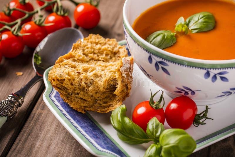 Plan rapproché de soupe à basilic de tomate images libres de droits