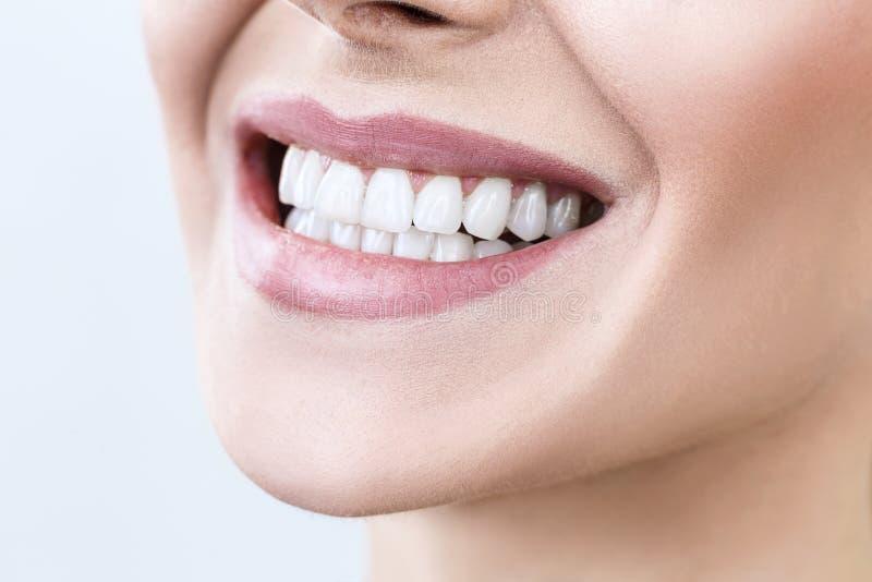 Plan rapproché de sourire avec les dents saines blanches photo stock