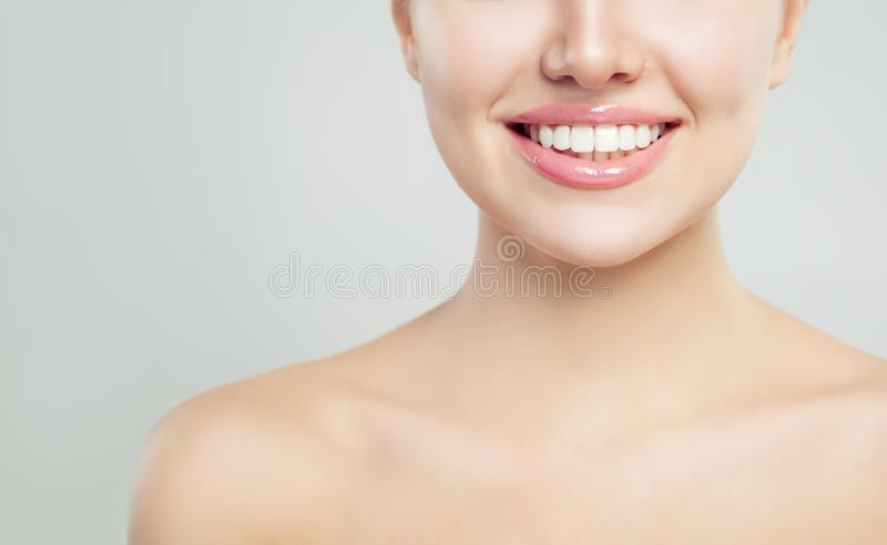 Plan rapproché de sourire de jeune femme Sourire gai, dents blanches saines et lèvres brillantes parfaites photo stock