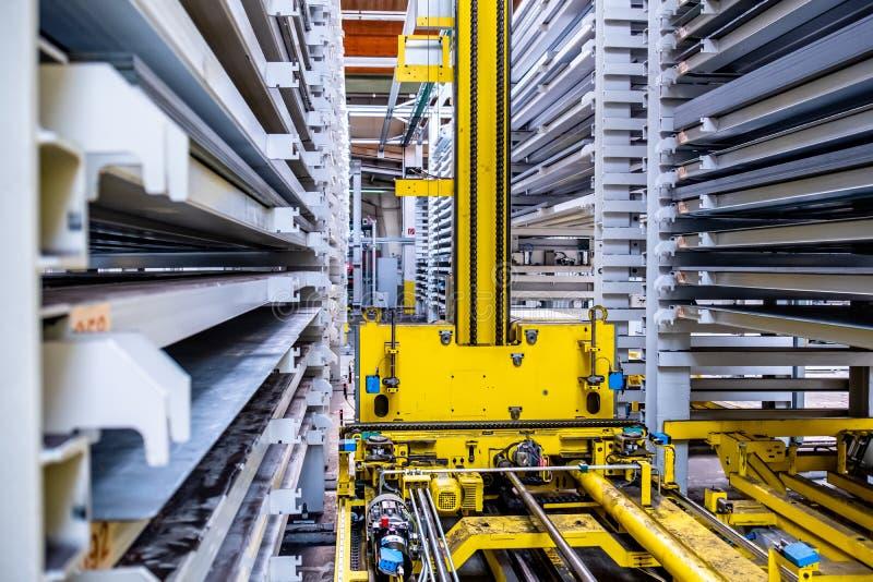 Plan rapproché de système d'entrepôt entièrement automatisé photos stock