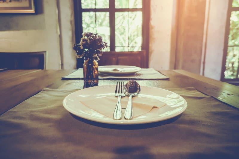 Plan rapproché de table dans la salle à manger moderne avec l'ensemble de table photographie stock libre de droits